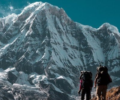 excursionistas en un camino frente a una montaña