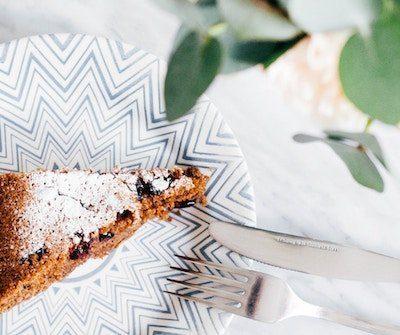 pastel de aniversario con cubiertos y planta