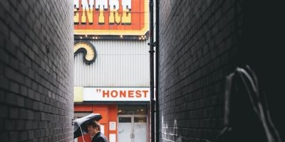 cartel de cine con la palabra honest y callejón