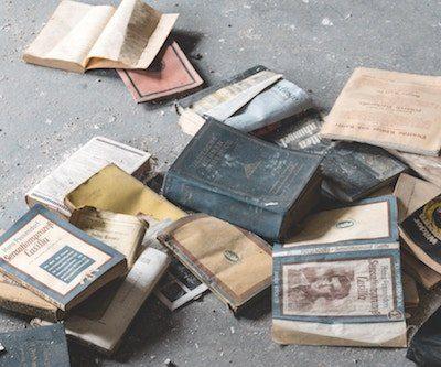 libros viejos tirados por el suelo