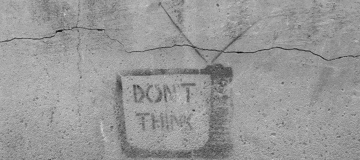 muro con un dibujo de un televisor con el text don't think