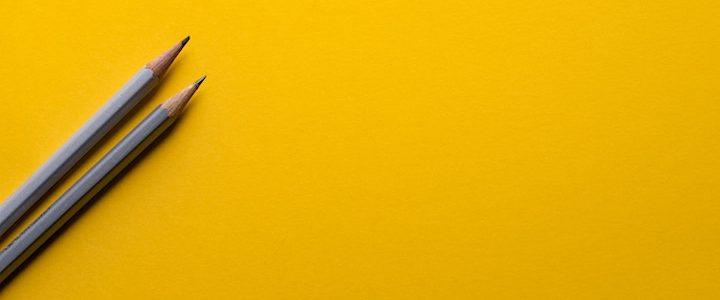 dos lápices sobre fondo amarillo