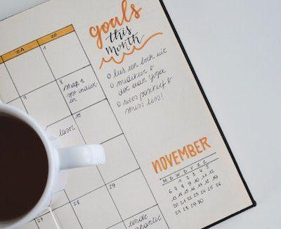 agenda y taza de café