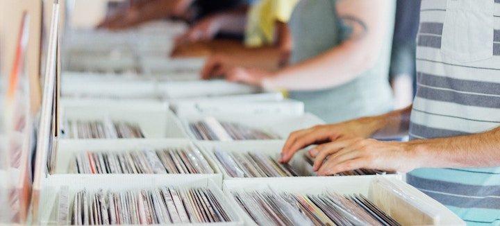 manos buscando discos de vinilo