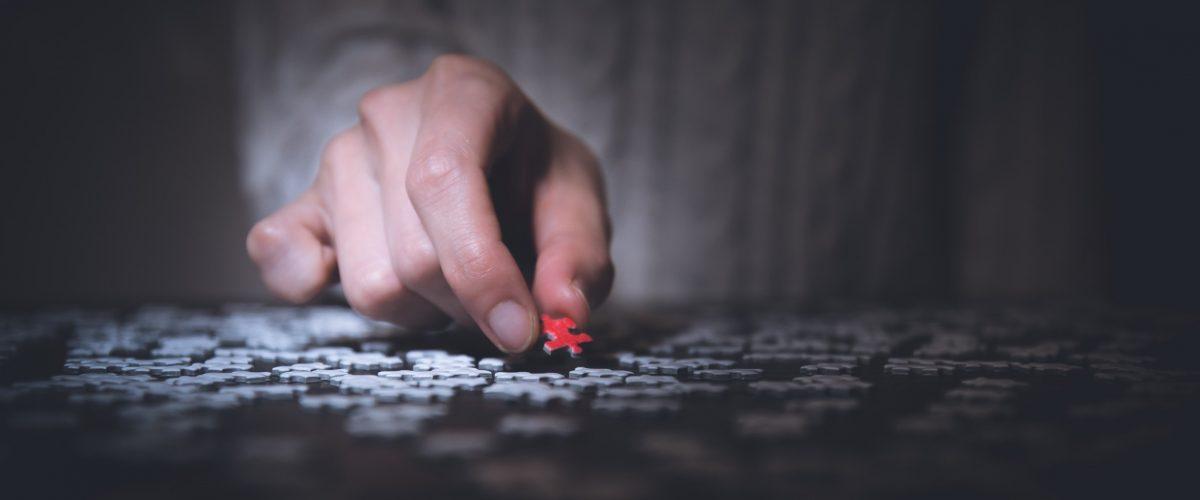mano con pieza de puzzle