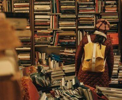 chica en una biblioteca con libros viejos