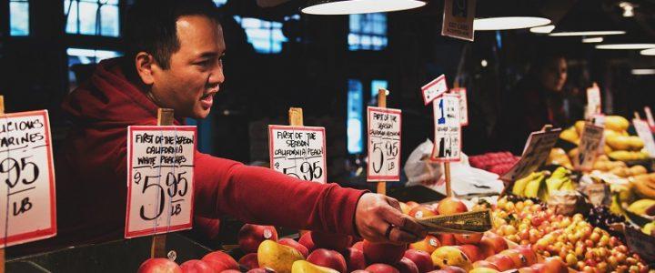 hombre en un mercado de fruta