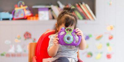 niña captura con una cámara